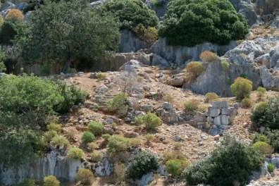 In den Stein gehauene Stiegen und Mauern an der Nordküste von Kekova