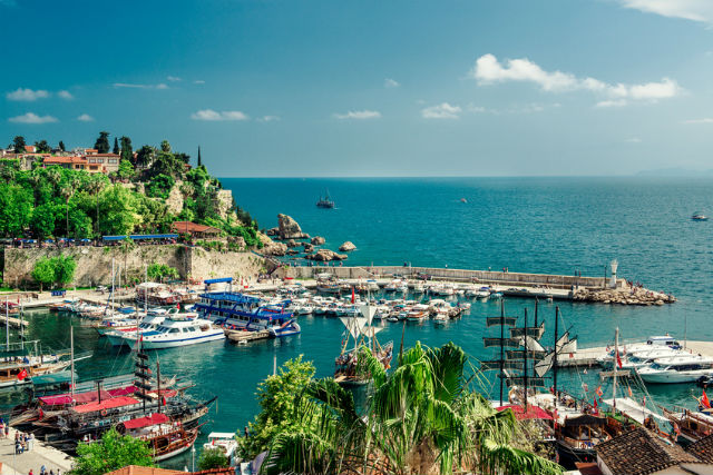 Ausblick von der Altstadt Antalyas auf den Hafen und das Meer.