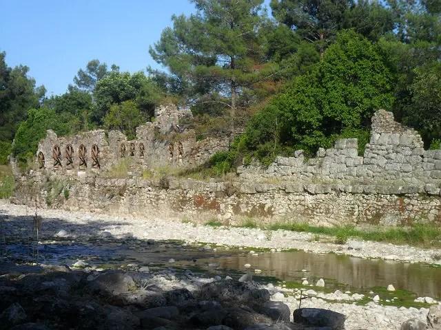 Mauerreste am Fluss