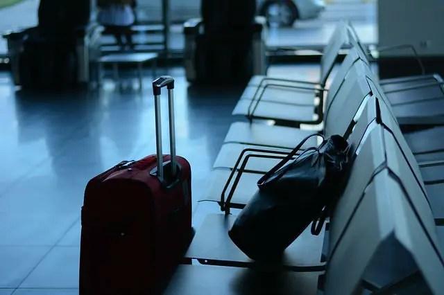 Wartebereich an einem Flughafen Antalya. Koffer stehen auf einer Sitzbank