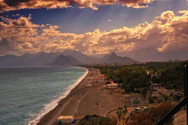 Konyaalti Strand in Antalya mit Blick auf das Taurusgebirge