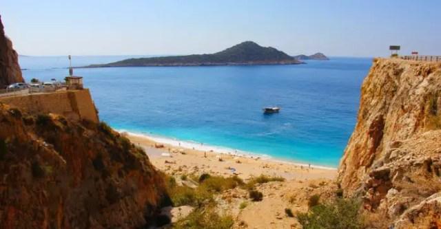 Der Sandstrand Kaputas Beach liegt unterhalb der Steilküste Lykiens am türkisblauen Mittelmeer.