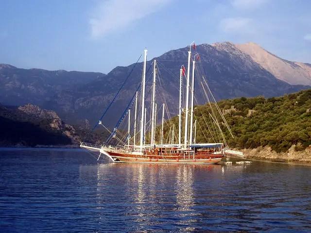 Türkische Segelschiff (Gulet) liegt an der Küste vor Anker