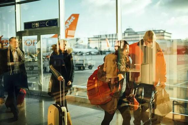 Zwei Männer und zwei Frauen mit Gepäck am Flughafen