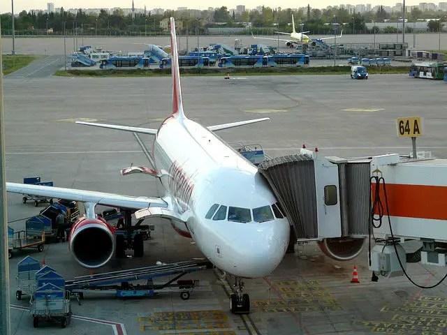 Flugzeug an einem Terminal am Flughafen. Fotografiert aus einer Aussichtsplattform am Airport.