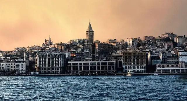 Skyline von Istambul vom Bosporus aus aufgenommen. Bei Sonnenuntergang.