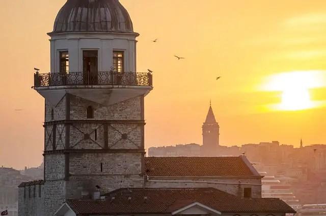 Galataturm in Istanbul bei Sonnenuntergang