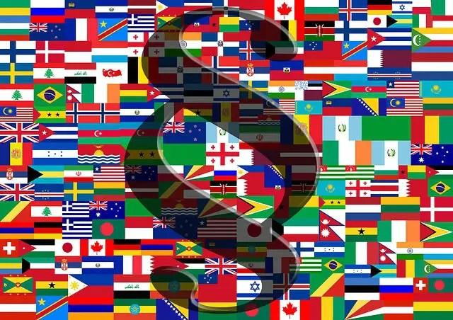 Mosaik aus verschiedenen Landesflaggen mit einem Paragraphen Zeichen im Vordergrund
