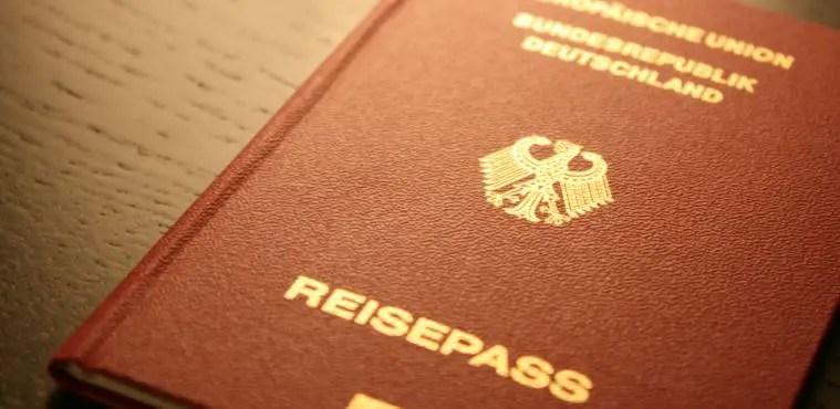 Deutscher Reisepass. Rötlich- Braune Hülle mit Goldener Aufschrift.