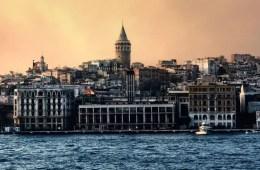 Artikelbild: Liste der Türkei Foren. Als Hintergrundbild ist der Galata Turm in Istanbul vom Bosporus aus zu sehen.