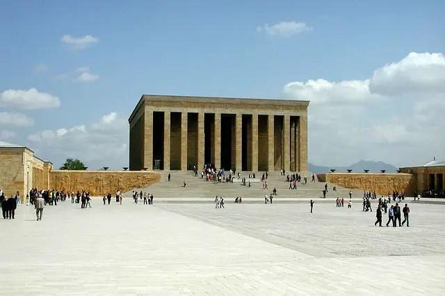 Der große Vorplatz vor dem Atatürk Mausoleum (Anitkabir) in Ankara. Es besteht aus einem quadratisch gebauten Gebäude mit Säulen davor. An der Anlage gibt es keine runden Kanten. Vom Platz führen Treppen bis zum Mausoleum hinauf.