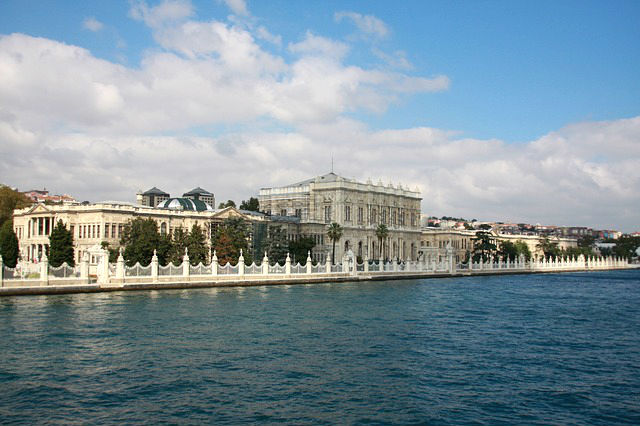 Der am Wasser des Bosporus gebaute Dolmahbace Palast. Er erinntert an europäische Schlösser wie Versailles oder Schönbrunn. Die Farbe des Palasts ist in einem hellen Grau gehalten.