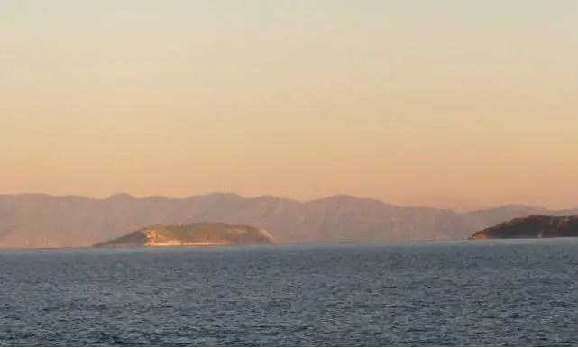 Mrmara Insel und eine rechts daneben liegende Insel. Dahinter ist das Festland zu sehen.