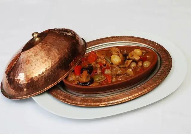 osmanisches Messing Geschirr Set mit Tasse, Platte und Deckel. Sie ist mit Essen gefüllt.