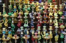 Dutzende bunte Nargile auf einen Regal in einem Verkaufsstand