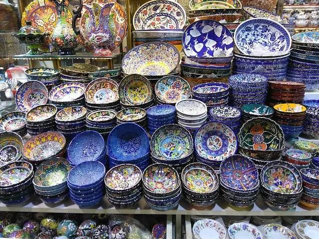 Keramikteller mit bunter Bemalung sind in der Auslage eins Bazar zu sehen