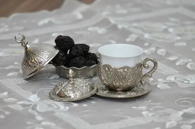 Türkische Kaffeetasse mit einem Untersetzer für die Keramiktasse und einem Deckel