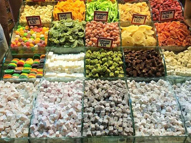 Stand an einem Bazar in Istanbul mit vielen verschiedenen Sorten des Türkischen Honig Lokum