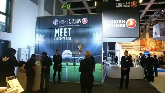 Stand von Turkish Airlines auf der ITB Berlin 2016 mit einer Leinwand und dem Foto eines Flugzeuges.
