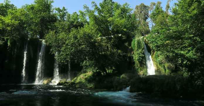 Aufnahme von der unteren Seite des oberen Düden Wasserfall. Blick auf das 10 Meter herabfallende Wasser und die umliegende grüne Vegetation mit Bäumen und Sträuchern