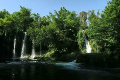 Blick auf das 10 Meter heabfallende Wasser des Düden Fluss im Düden Park