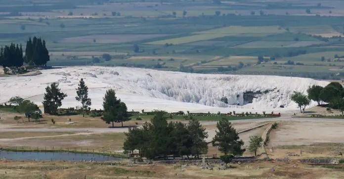 Ausblick auf die im Westen von Pamukkale gelegenen schneeweißen Kalkterrassen von Pamukkale und das dahinterliegende Tal