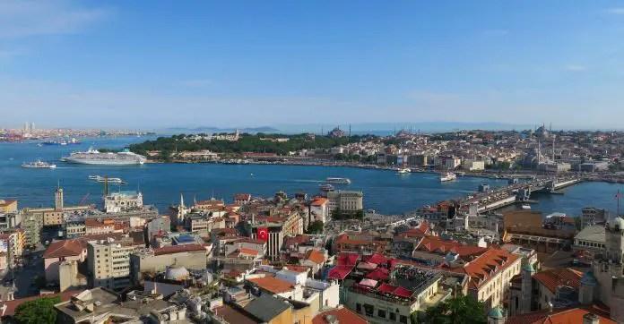 Panoramablick auf den Bosporus, das Goldene Horn und den Stadtteil Sultanahmet in Istanbul. Im Hintergrund ist das Marmarameer zu sehen.