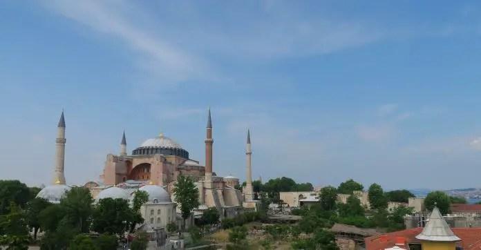 Ausblick von einer Dachterrasse auf die Hagia Sophia und die dahinter liegenden Mauern des Topkapi Palast in Istanbul