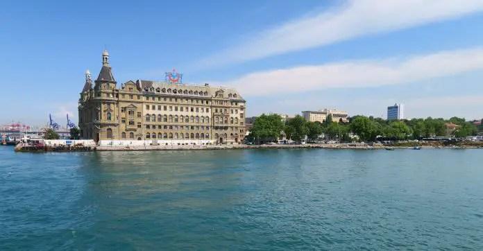Hydarpasa Kopfbahnhof am Ufer des Bosporus auf der asitatischen Seite von Istanbul