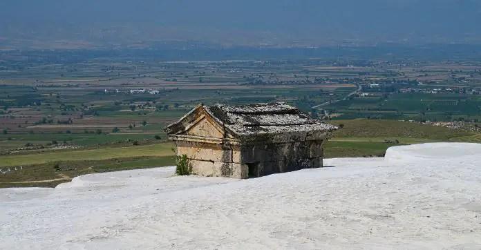 Steingrab von Kalk eingeschlossen in Pamukkale. Mit Blick auf das Tal von den Kalkterrassen aus.
