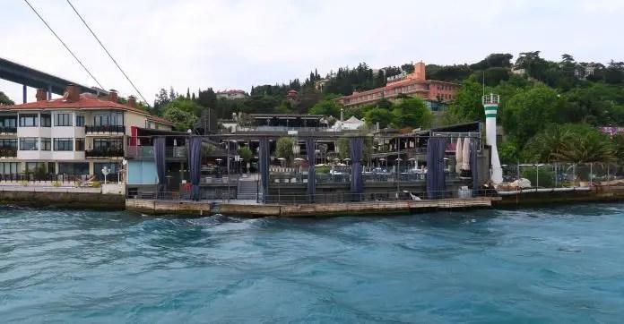Terrasse des Nachtclub Reina. Sie liegt direkt am Bosporus. Am rechten Bildrand ist die erste Bosporus Brücke erkennbar.