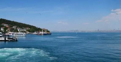 Blick auf die Prinzeninseln Heybeliada und Istanbul im Hintergrund