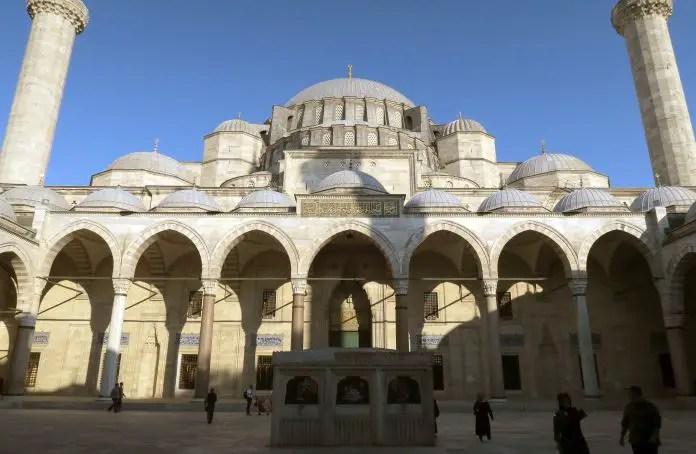 Blick vom Eingangstor auf den Innenhof der Süleymaniye Moschee in Istanbul mit Blick auf die Minarette