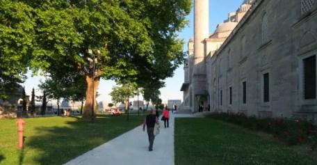 Park mit Bäumen und der Nordseite der in weißen Marmor und Steinen gebauten Süleymaniye Moschee
