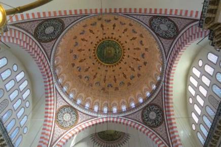 Die Kuppel mit ihrer Rot-Grün-Goldenen Verzierung von untern fotografiert.