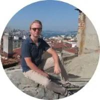 Thomas sitzt auf einem Dach in Istanbul, Türkei
