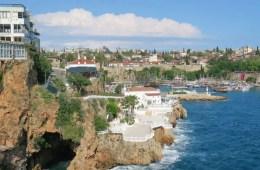 Antalyas Altstadt Kaleici nach dem Ausnahmezustand in der Türkei. Zu sehen sind der Yachthafen, die Klippen, Seemauern und Altstadthäuser der Stadt.