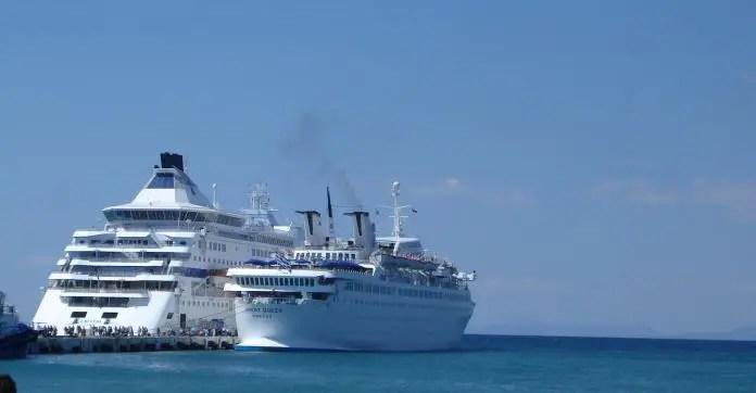 Zwei weiße Kreuzfahrtschiffe liegen am Hafen von Kusadasi vor Anker