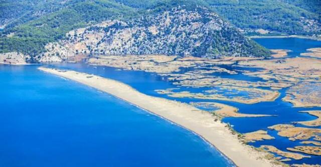 Luftaufnahme des Iztuzu Strand in Dlayan mit dem Delta an der Mündung ins Meer.