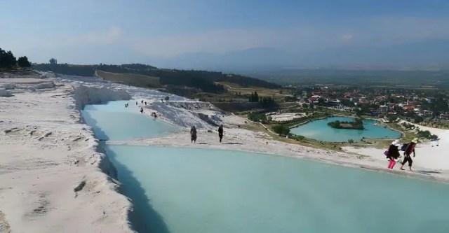 Das türkisblaue Thermalwasser in den schneeweißen, natürlichen Kalkterrassen von Pamukkale-Hierapolis.