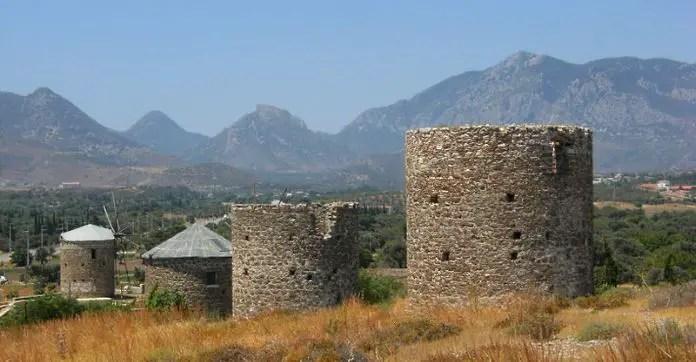 Ruinen von Windmühlen und intakte Mühlen mit einem Panoramablick auf die Berge und Felder der Halbinsel Datca.