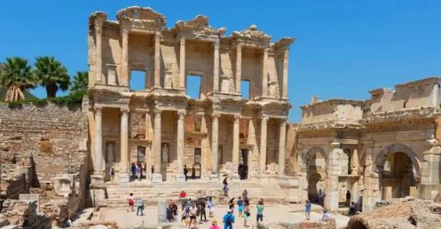 Die in Sandstein gebaute Fassade der Celsus Bibliothek in Ephesos.