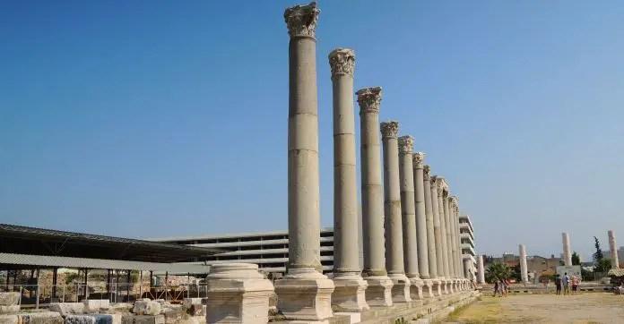 Säulen der Ruinen von Smyrna in der Türkei.