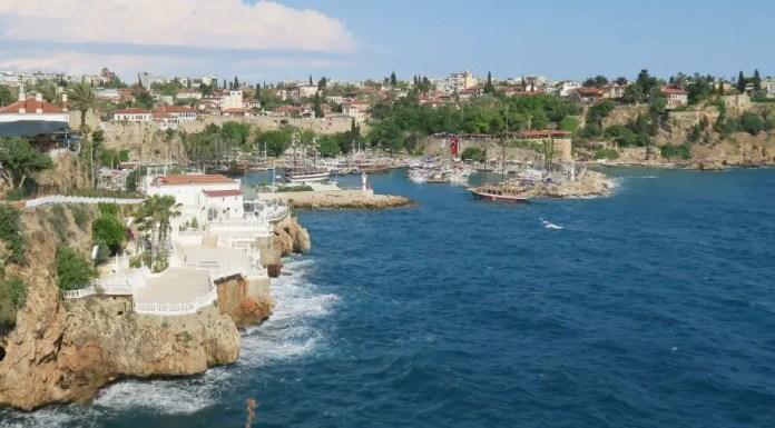 Blick von den Klippen von Antalya auf den Hafen und ein im Hintergrund gelegenes 5 Sterne Hotel, Türkei.