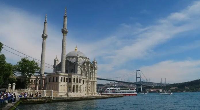 Ausblick von der Uferpromenade nahe der Ortyköy Moschee auf den Bosporus, die Moschee und die Bosporusbrücke.