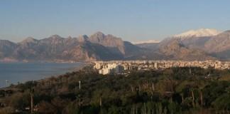 Ausblick auf den Konyaalti Strand, das Tauruagebirge und den kleinen Park am Strand von Antalya.