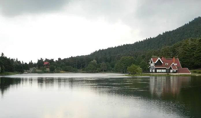 Ein See im Yedigöller Nationalpark bei Regen.