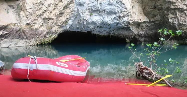 Der Blick von einem roten Schauboot auf das türkisblaue Wasser nahe dem Eingang zur 10m breiten und 5m hohen Altinbesik Höhle.