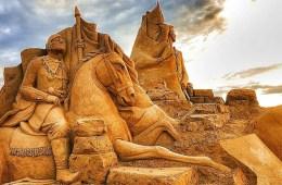 Eine Sandskulptur eines Reiters auf einem Pferd, im Sandland Festival Antalya.