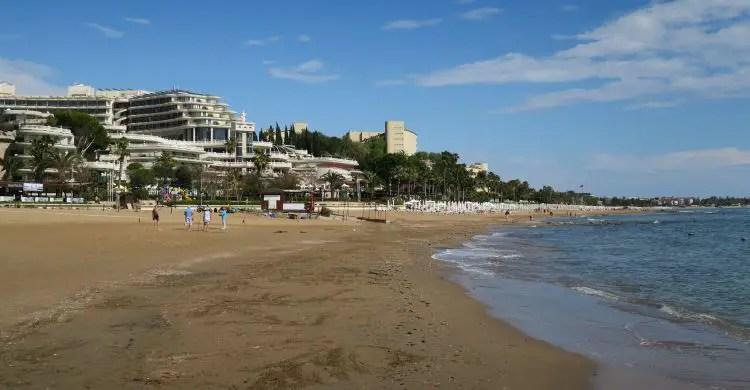 Die direkt am Strand stehenden 4 und 5 Sterne All-Inclusive Clubanlagen am Strand von Side-Kumköy.